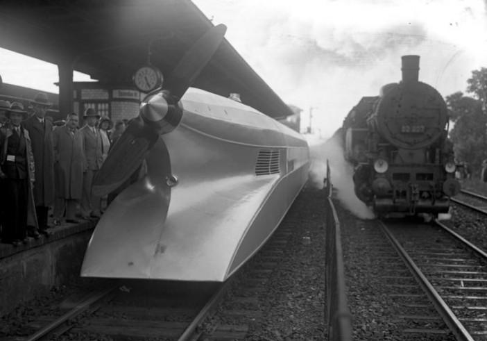 รถไฟความเร็วสูง Schienen-Zeppelin จอดที่สถานีกรุง Berlin