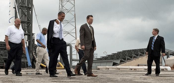 ในภาพอีลอน มัสค์ (Elon Musk) กำลังเดินคุยกับประธานาธิบดี โอบามาที่บริเวณฐานปล่อยจรวดของ SpaceX