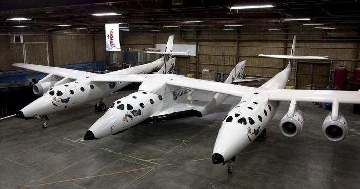 ยานอวกาศ SpaceShipTwo ติดอยู่ใต้ท้องของเครื่องบิน White Knight Two ที่มาของภาพ : virgingalactic.com