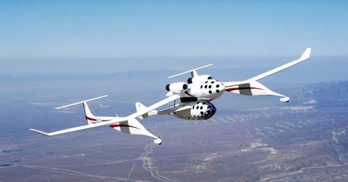 ยานอวกาศ SpaceShipOne ติดอยู่ใต้ท้องของเครื่องบิน White Knight One ที่มาของภาพ : citizensinspace.org