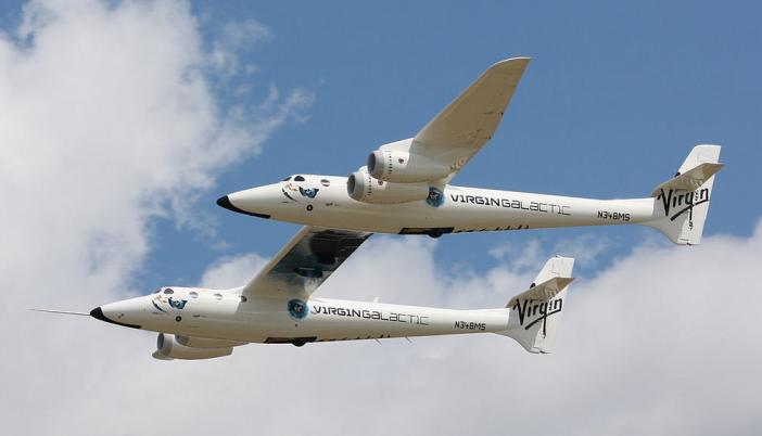 เครื่องบินขนส่งอวกาศ White Knight Two ระหว่างการเปิดตัวเมื่อปี 2008 ที่มาของภาพ : Commons.wikimedia.org/wiki/User:Akradecki