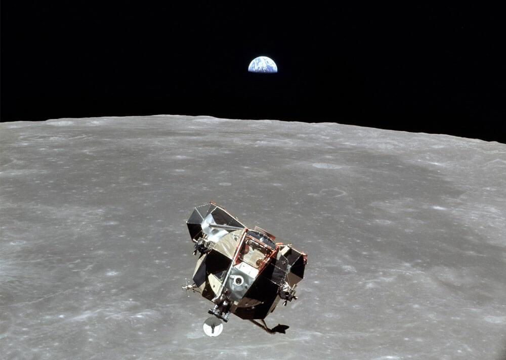 (ภาพเหตุการณ์จริง) ยานลูน่า (Lunar Module) ฉากหลังเป็นโลกและดวงจันทร์
