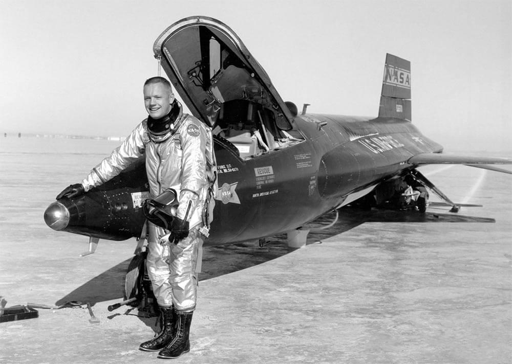 (ภาพเหตุการณ์จริง) นีล อาร์มสตรอง กับเครื่องบินความเร็วเหนือเสียง North American X-15